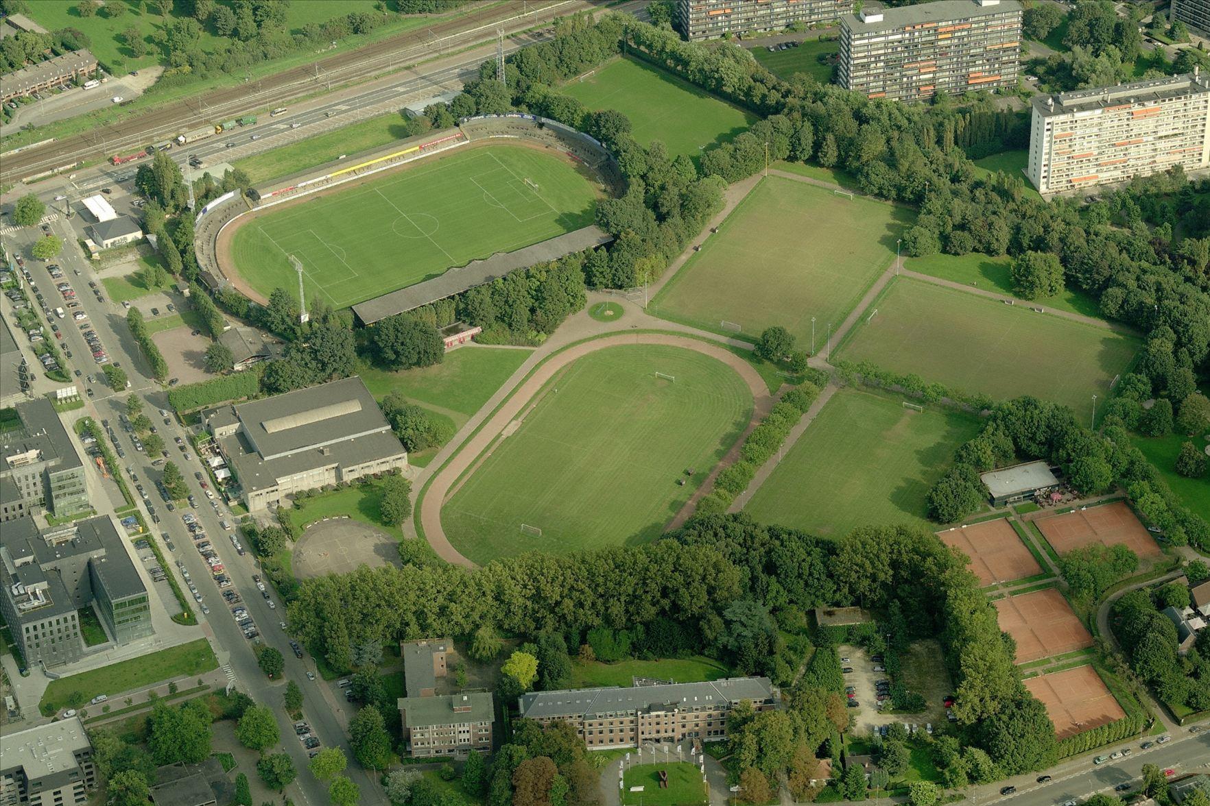 Luchtfoto van sportdomein Het Rooi in Deurne.